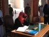 De koningin tekent het gastenboek in de grote moskee van Oman.